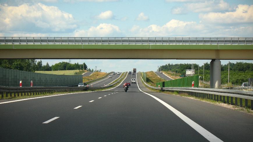 Zdjęcie wiaduktu nad trasą